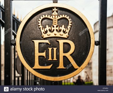 elizabeth-ii-regina-er-koniglichen-insignien-an-den-toren-der-tower-von-london-london-england-...jpg